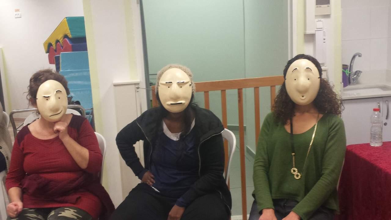 שלוש נשות חינוך חובשות מסכות עם הבעות שונות,בסדנה מאחורי המסכה, מנחה דליה סגל