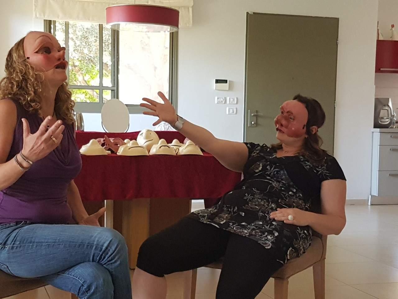 שתי נשים באמצע משחק תפקידים, חובשות מסכות קומדיה דל'ארטה - מהאתר של דליה סגל, מנחת קבוצות
