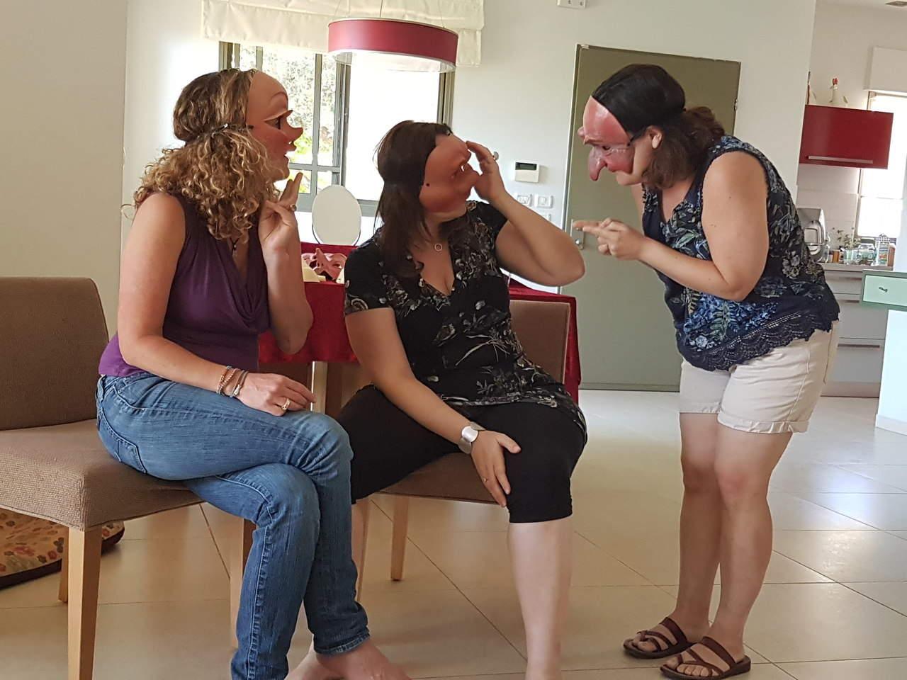 שלוש נשים חובשות מסכות שונות, באמצע סימולציה מעולם השירות והמכירות, מתוך האתר של דליה סגל, מנחת קבוצות