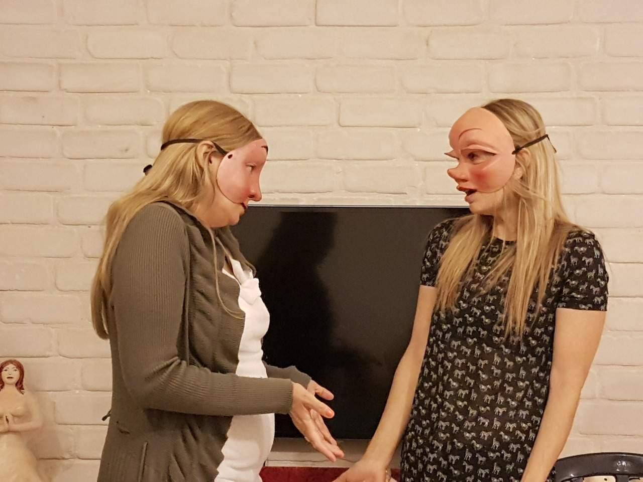 שתי נשים חובשות מסכות קומדיה דל'ארטה, במשחק תפקידים בסדנה לאנשי מכירותם