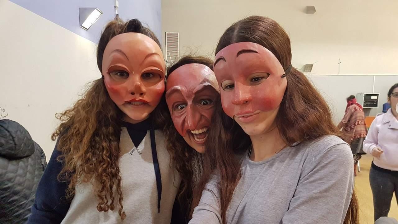 שלוש נשים חובשות מסכות של הקומדיה דל'ארטה - מתוך האתר של דליה סגל, מנחת קבוצות