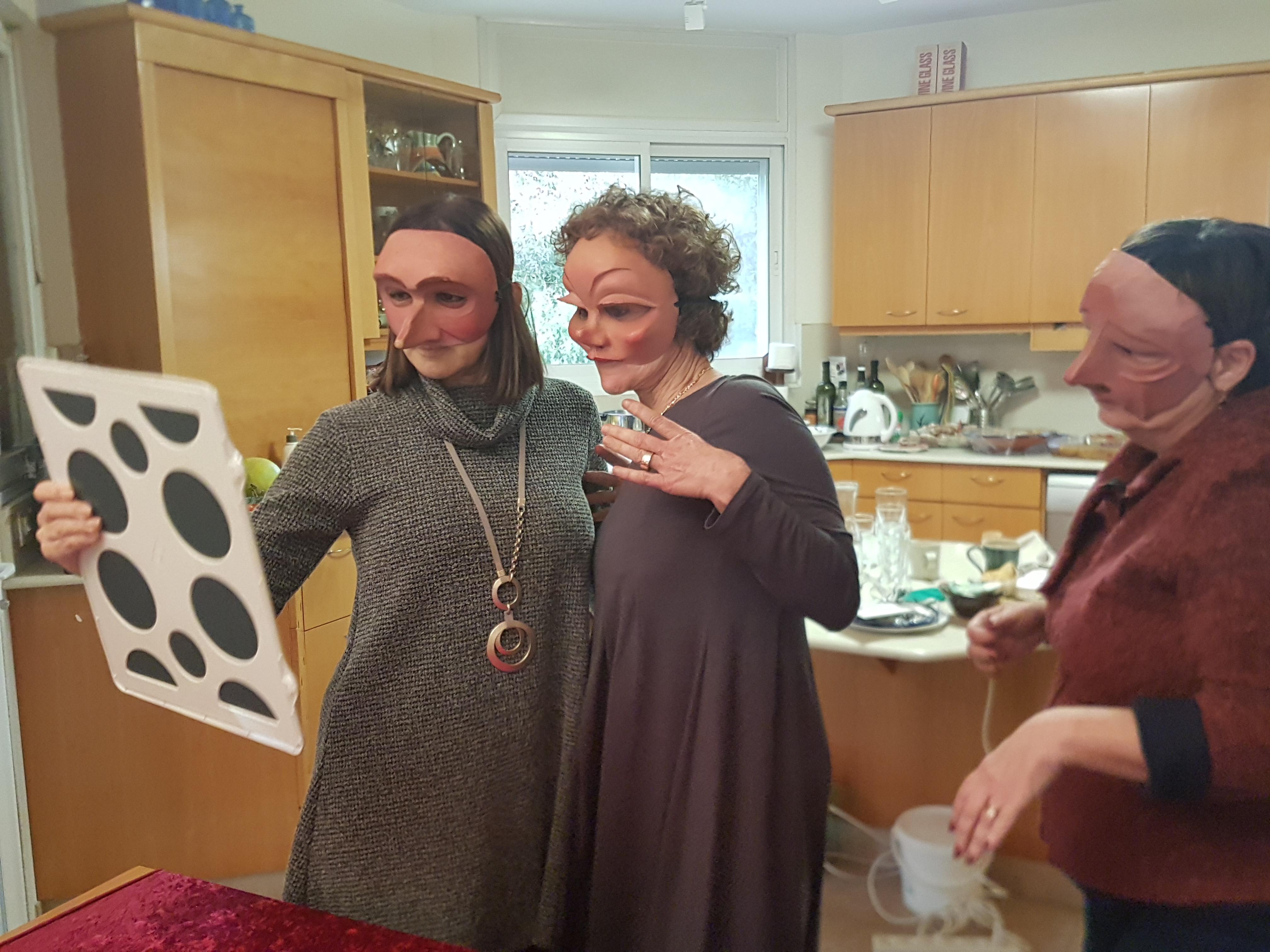 נשים חובשות מסכות קומדיה דל'ארטה ומביטות במראה, לפני משחק תפקידים בביום הולדת- מתוך האתר של דליה סגל, מנחת קבוצות