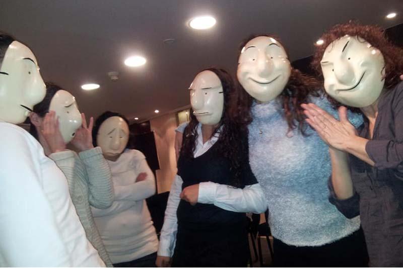 נשים חובשות מסכות תאטרון, במשחק תפקידים באירוע פרטי- מנחה דליה סגל