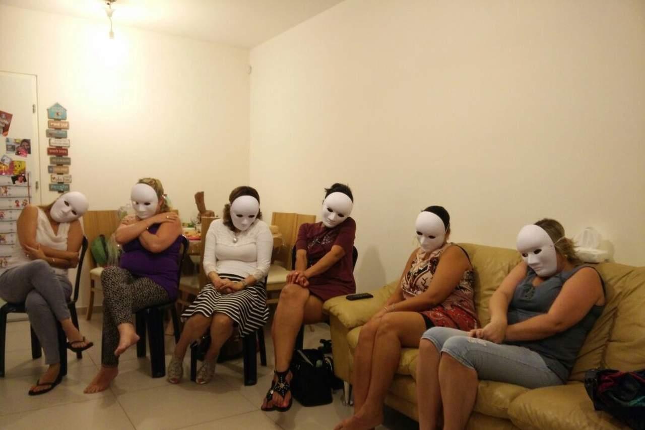 קבוצת נשים חובשות מסכות ניטרליות ומתרגלות שפת גוף- מתוך האתר של דליה סגל שחקנית ומנחת קבוצות
