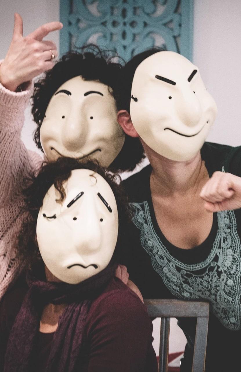 אנשים עם מסכות גולם בסדנת תקשורת - מתוך האתר של דליה סגל