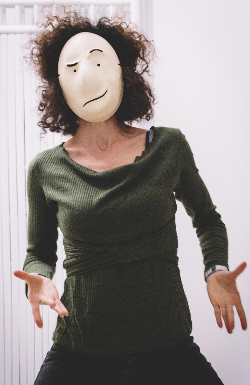 אישה חובשת מסכת גולם, מתוך האתר של דליה סגל- שחקנית