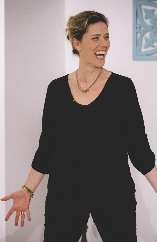 אישה צוחקת בסדנה מאחורי המסכה- מתוך האתר של דליה סגל, שחקנית