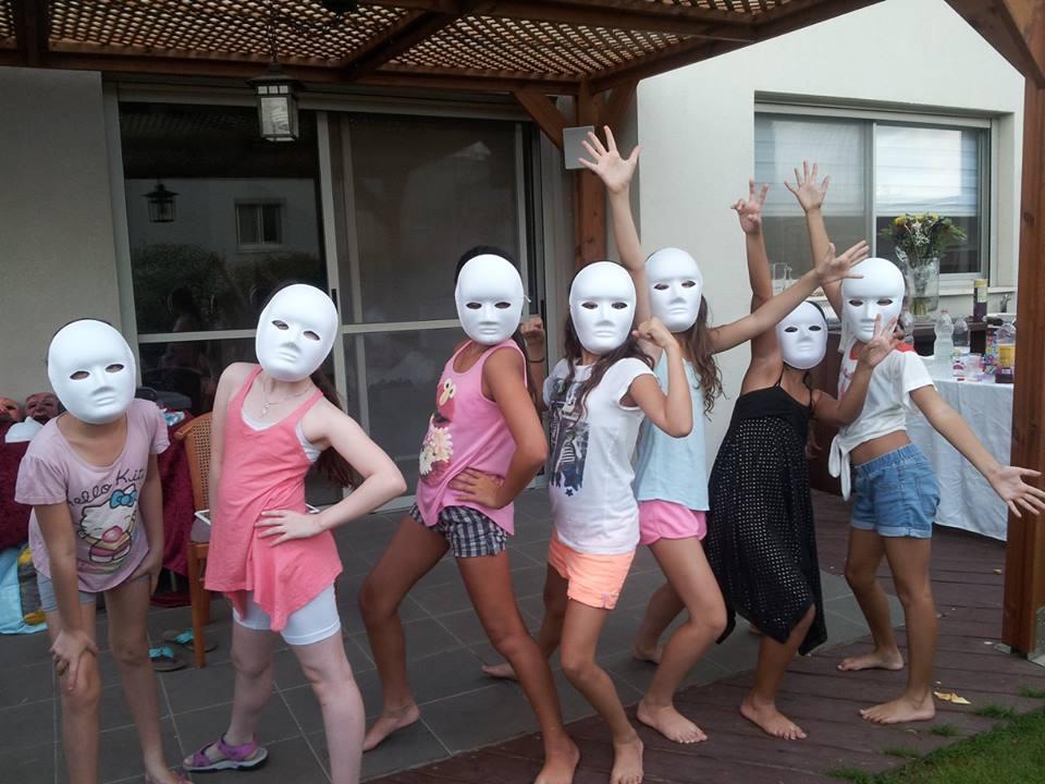 בנות חובשות מסכות ניטרליות בסדנה מאחורי המסכה לאמהות ובנות- מתוך האתר של דליה סגל, מנחת קבוצות