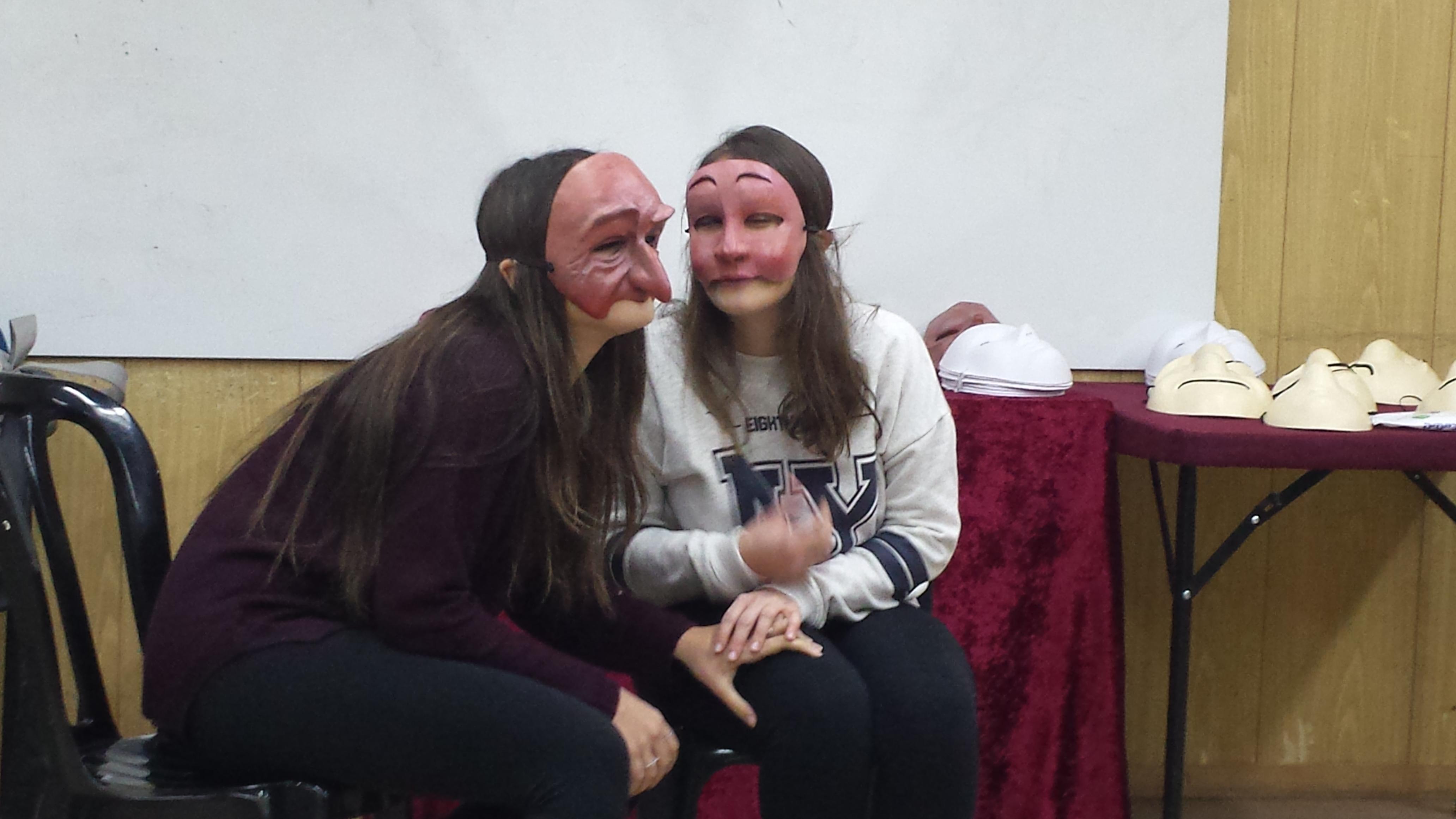 בנות חובשות מסכות קומדיה דל'ארטה במשחק תפקידים- אמא ובת בסדנה מאחורי המסכה- מנחה דליה סגל