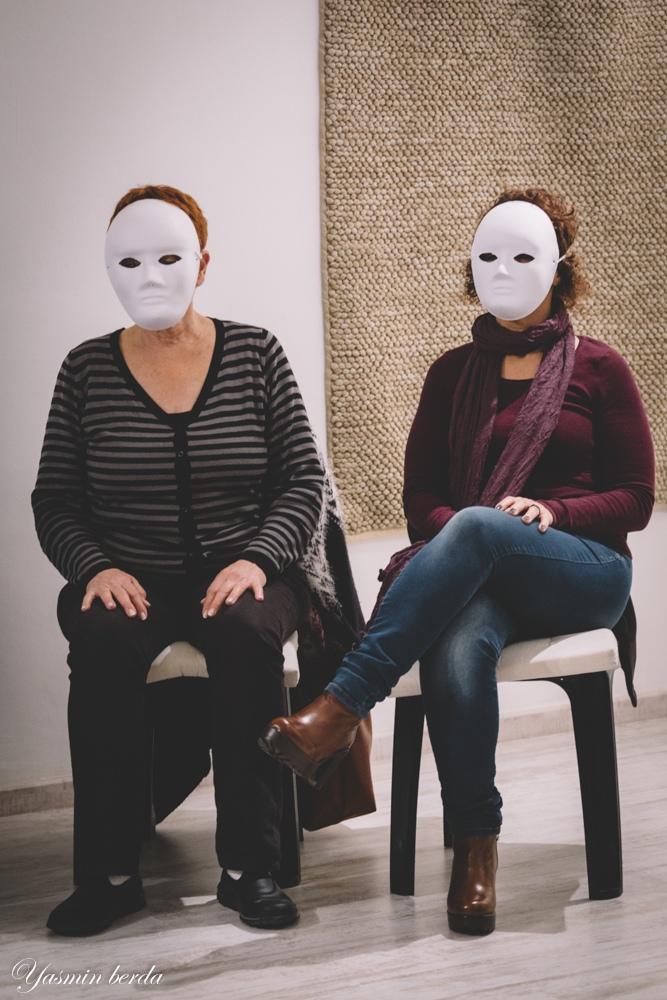 בסדנה מאחורי המסכה- אנשים עם מסכות ניטרליות לתקשורת בלתי מילולית ושפת גוף. מתוך האתר של דליה סגל מנחת קבוצות
