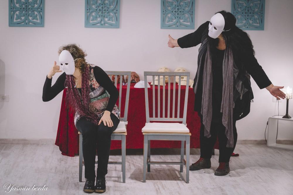 שתי נשים חובשות מסכות ומתרגולות שפת גוף - מתוך האתר של דליה סגל: סדנת תקשורת לאנשי שירות ומכירה.