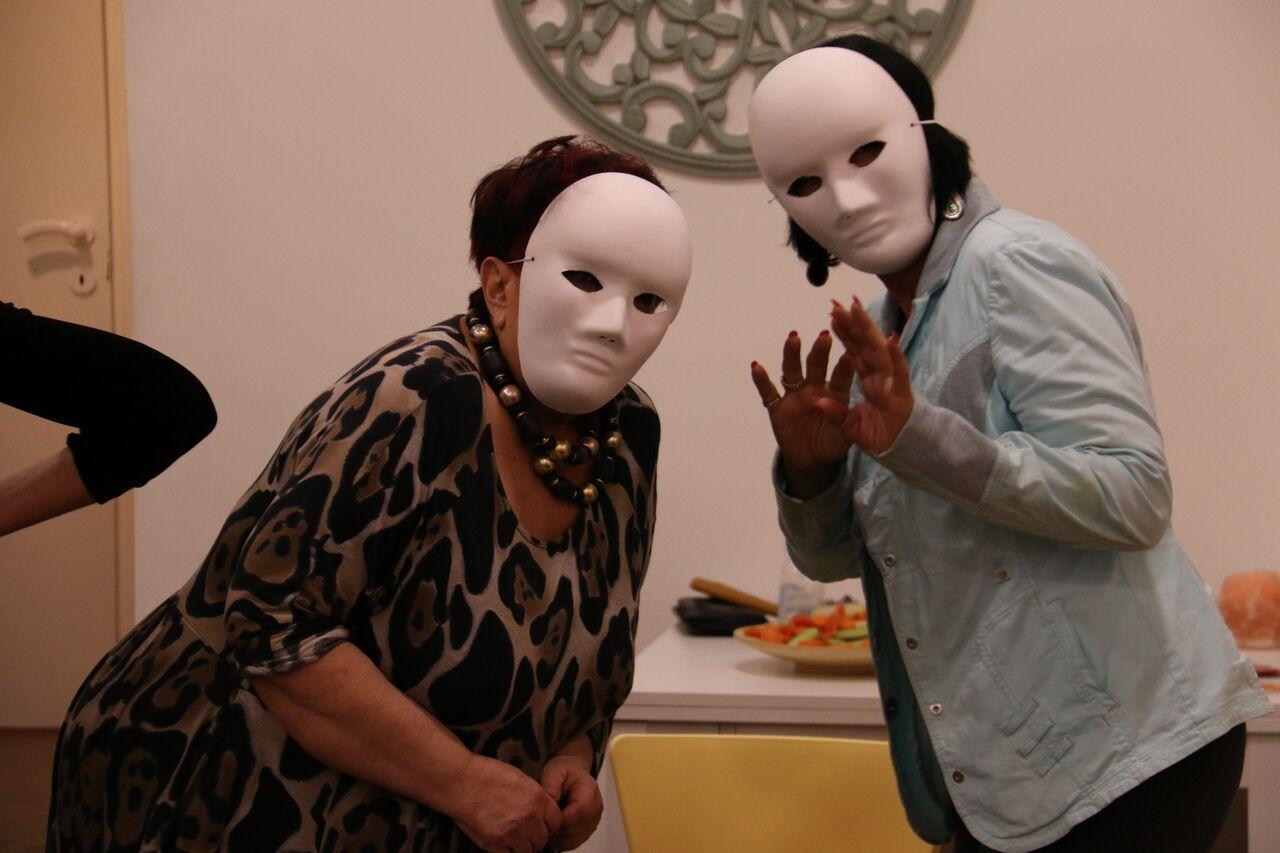שתי נשים במשחק תפקידים עם מסכות ניטרליות מתוך סדנת תקשורת- מנחה דליה סגל