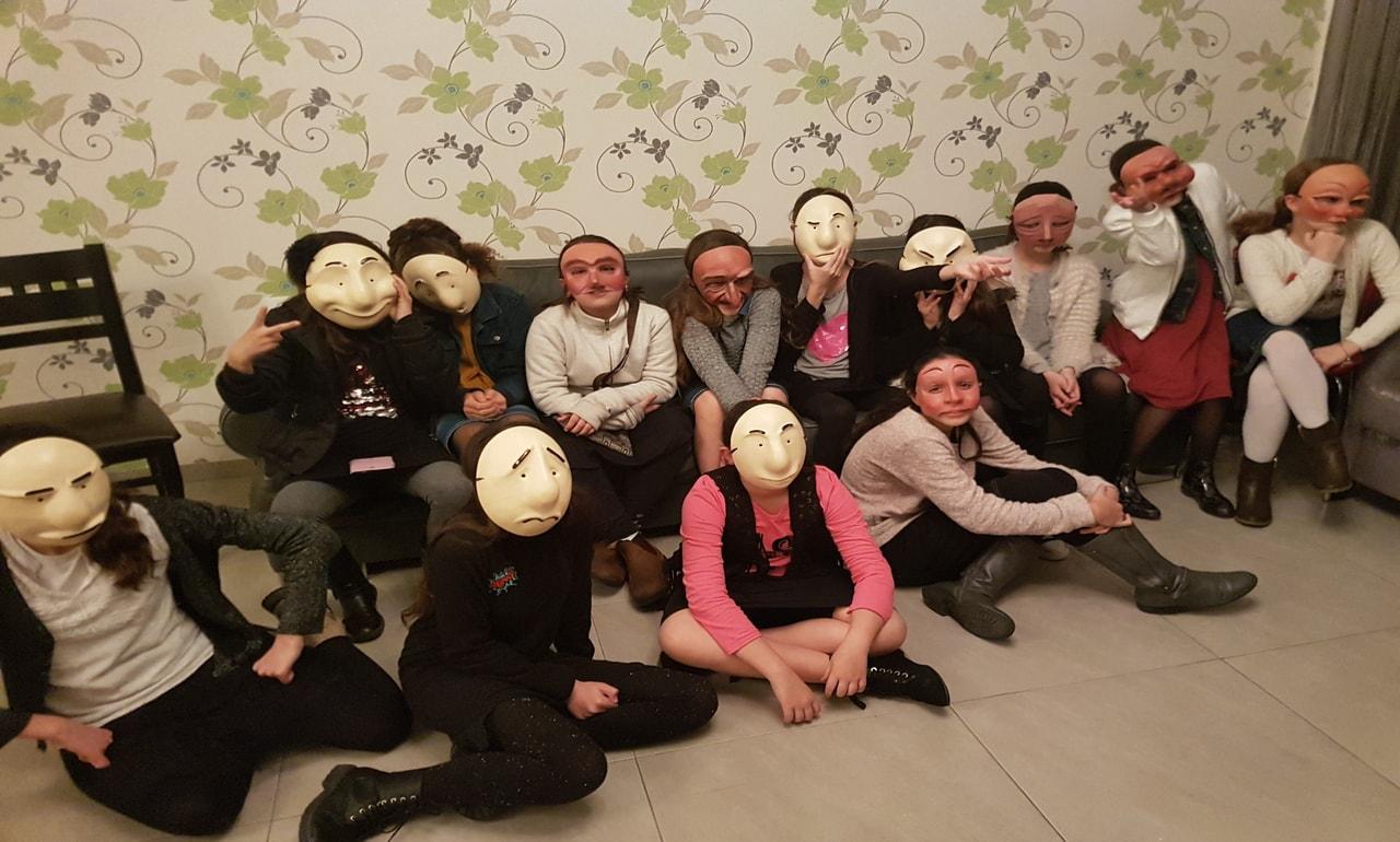 בנות עם מסכות תאטרון בסדנה מאחורי המסכה לאמהות ובנות מתוך האתר של דליה סגל מנחת קבוצות