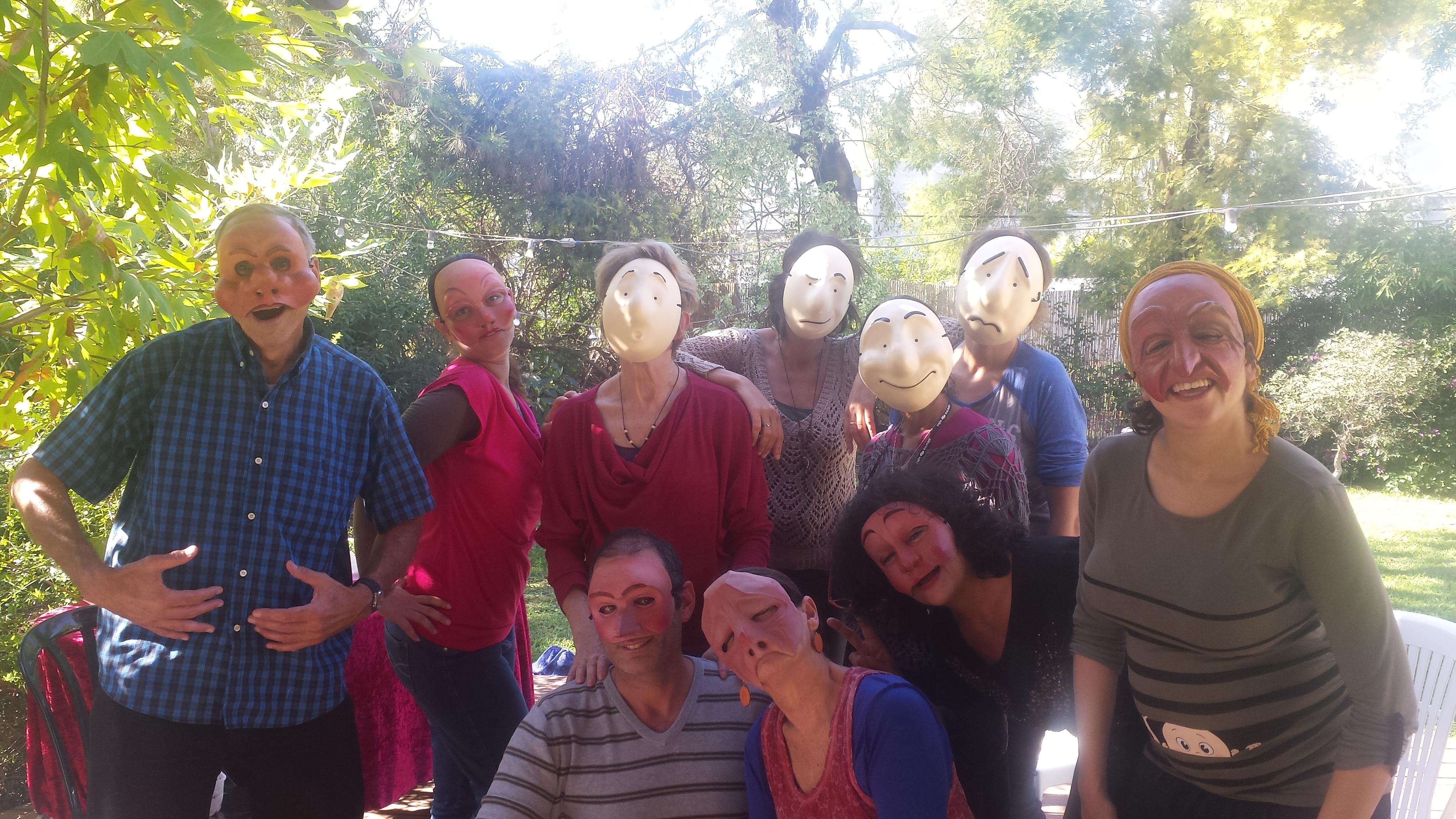 קבוצת אנשים חובשת מסכות תאטרון בסדנה מאחורי המסכה מתוך האתר של דליה סגל מנחת קבוצות