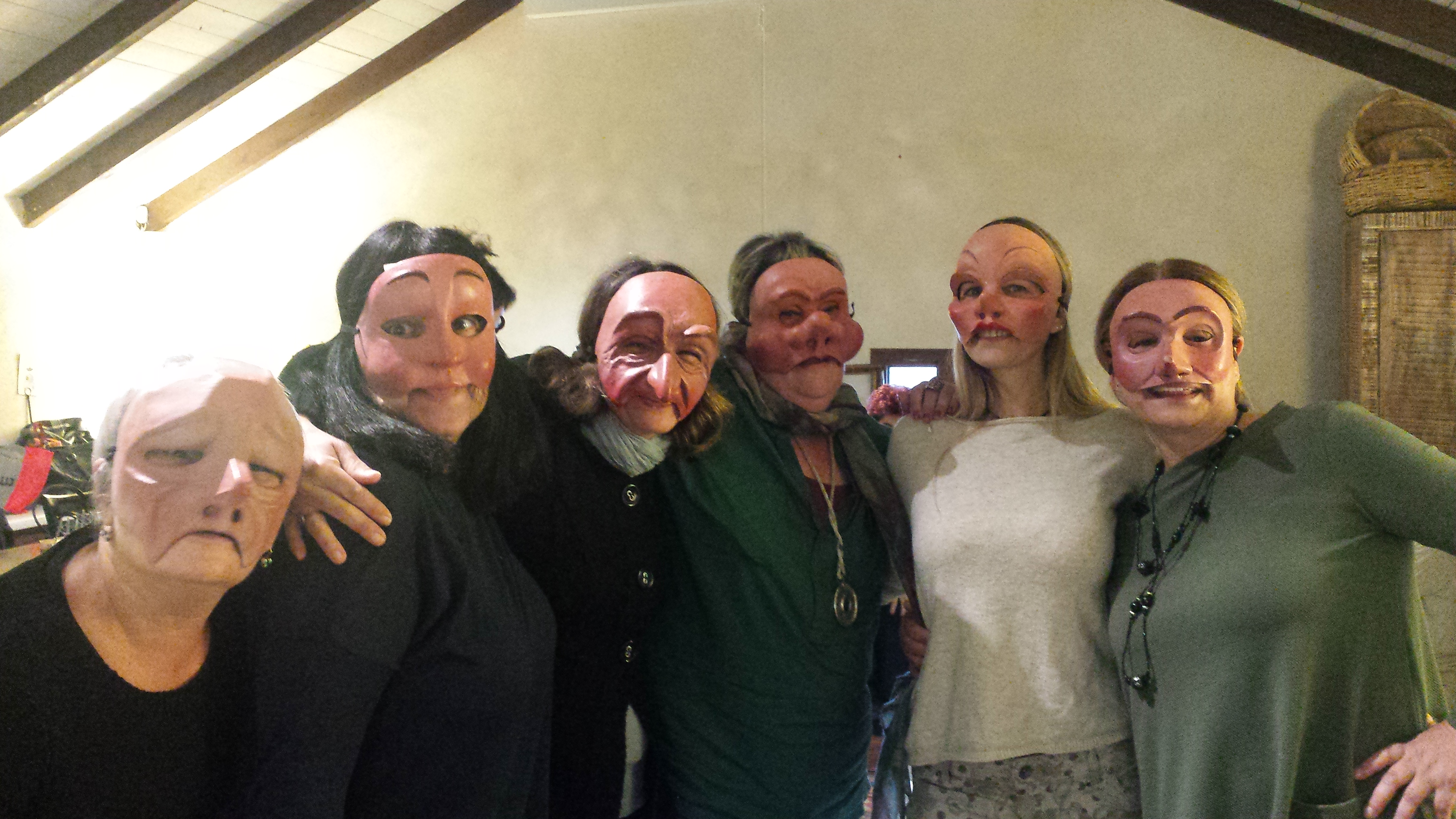 נשים מצולמות עם מסכות קומדיה דל'ארטה- מתוך הסדנה מאחורי המסכה- מנחה דליה סגל