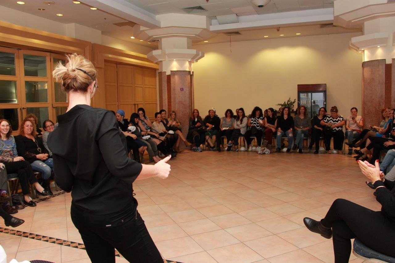 קהל יושב בחצי גורן ומקשיב להסבר על תקשורת ושפת גוף- מתוך האתר של דליה סגל- מנחת קבוצות
