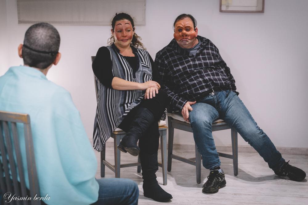 שני אנשים חובשים מסכות מתוך הקומדיה דלארטה - מתוך סדנה לגיבוש צוות. מנחה דליה סגל