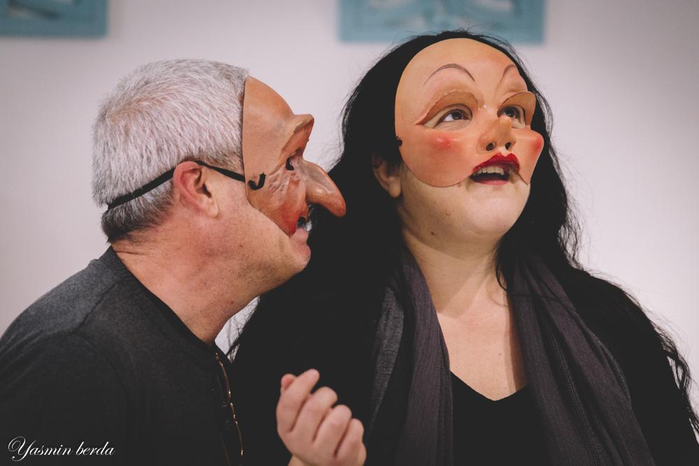 גבר ואישה חובשים מסכות באמצע משחק תפקידים . מתוך הסדנה מאחורי המסכה, מנחה דליה סגל